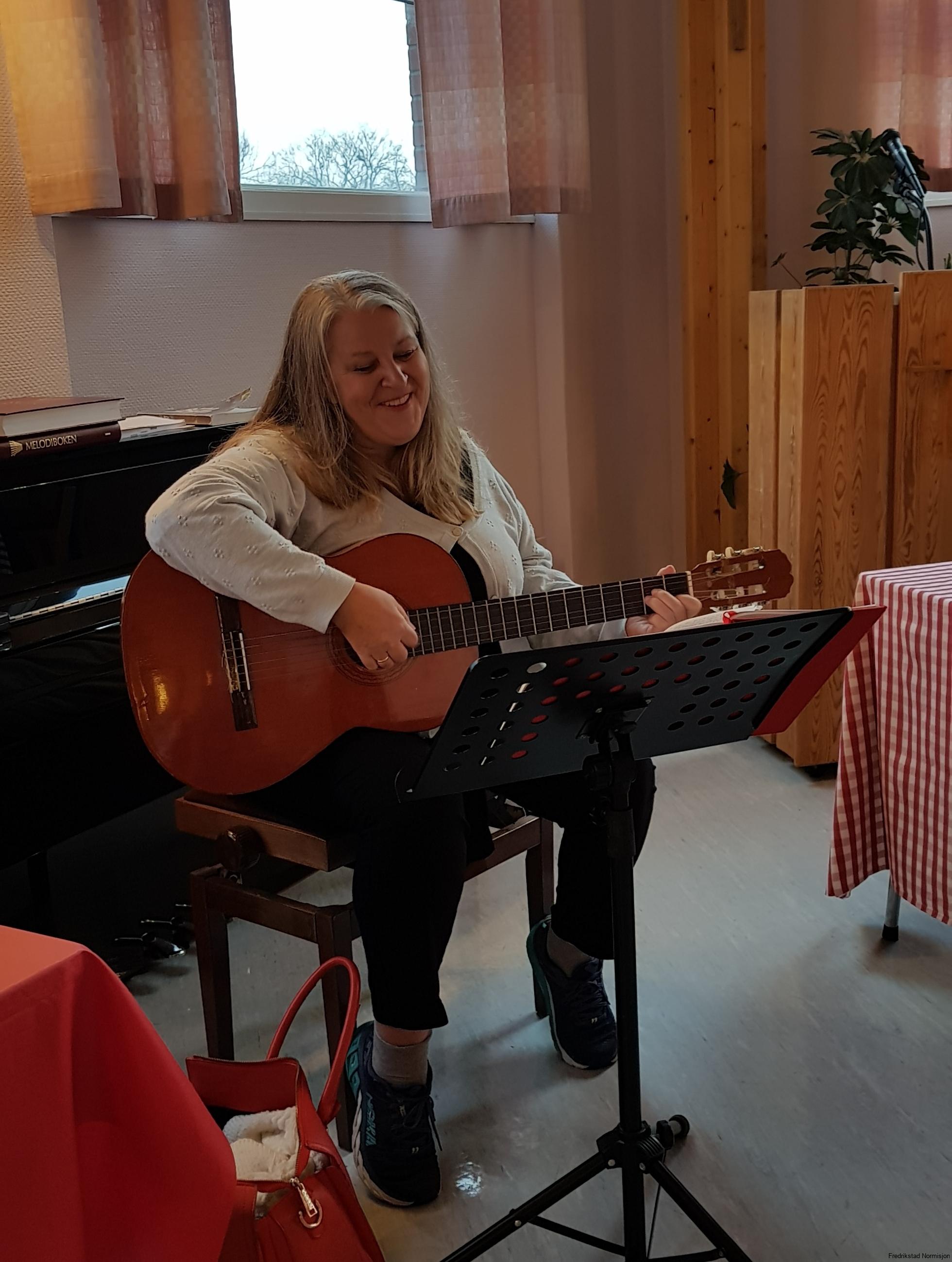 Laila synger og spiller.